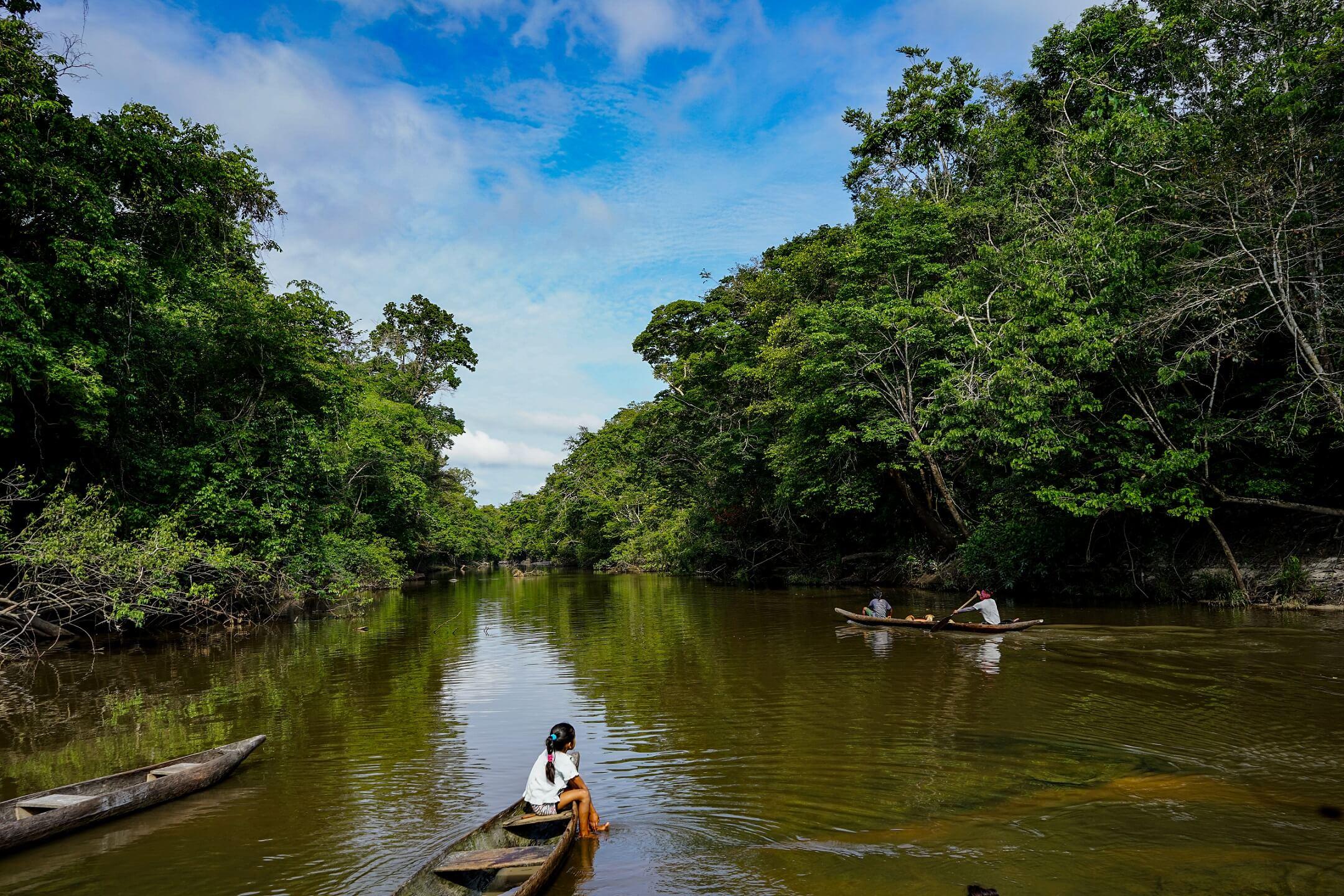 enfant amérindien au bord de la rivière